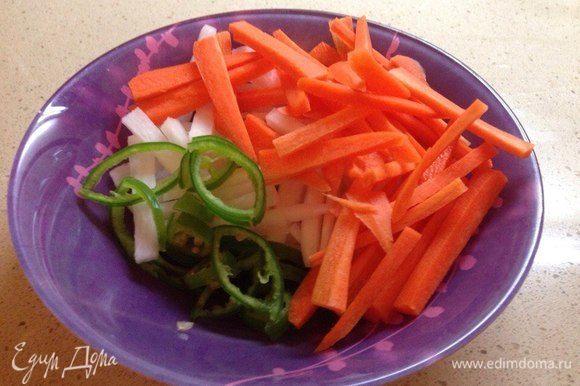 Перец чили нарезать кружочками, морковь и дайкон — тонкой соломкой. Сложить в миску.
