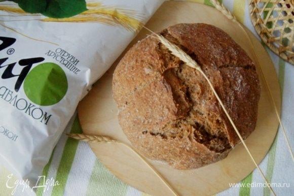 Готовый хлеб остудить на решетке, удалить бумагу и нарезать.