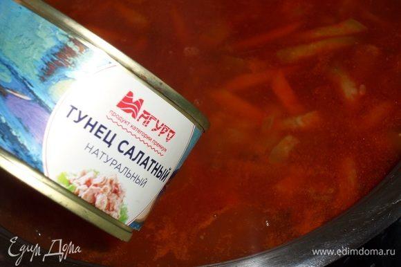 Добавляем консервированного тунца. Для приготовления супа я использую продукцию ТМ «Магуро».