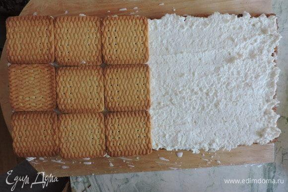 Сверху кладем второй слой печенья, смоченного молоком (18 штук).