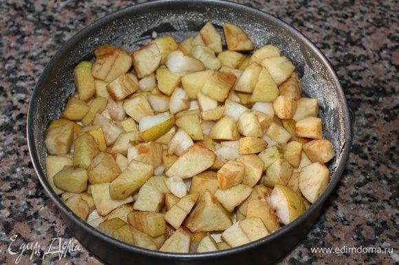 На тонкий слой теста, сверху выложить нарезанные крупно яблоки и груши. Распределить равномерно.