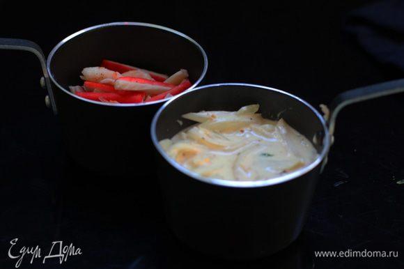 Разложите морепродукты в кокотницы или порционные формочки. Влейте получившийся соус. Объем заполнения формочек примерно ¾, чтоб при запекании соус не выплескивался.