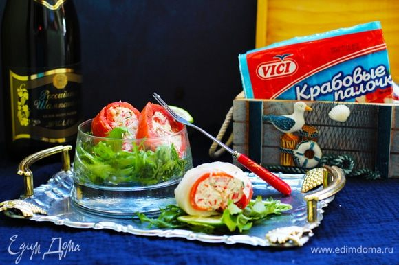 Нарезать на ломтики толщиной около 1,5 см. Осторожно снять фольгу только перед укладкой кусочков на блюде. Подавать с зеленым салатом и долькой лимона.