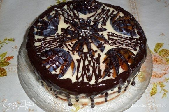 Приготовленную шоколадную смесь выливаем в плотный полиэтиленовый пакетик, отрезаем уголок. Поливаем шоколадной массой охлажденный торт.