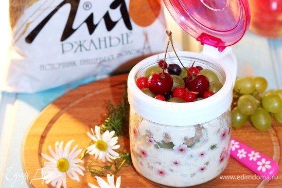 Украшаем сверху ягодами и наслаждаемся вкусным сытным и полезным завтраком. Приятного аппетита!