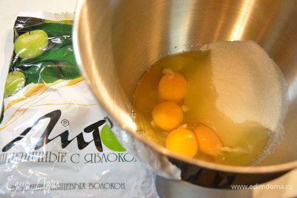 Яйца комнатной температуры взбить с сахаром.