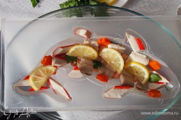 Выкладываем в форму для заливного подготовленные продукты и заливаем бульоном с растворенным желатином. Помещаем в холодильник на 5-6 часов.