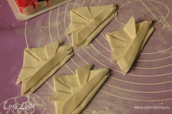 Повторяем с оставшимися квадратами, работать надо быстро и накрыть тесто салфеткой, т. к. оно сохнет и ломается.