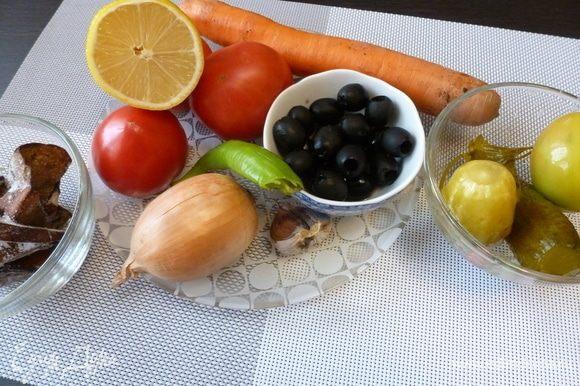 Помоем и почистим овощи.