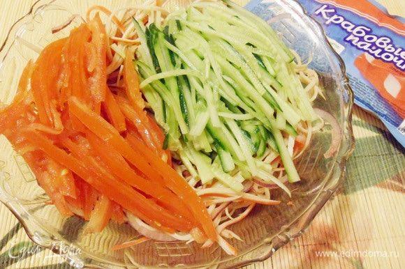 Добавить овощи в салатник.
