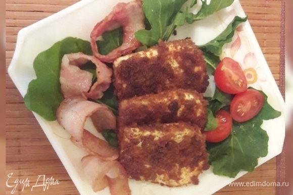 Подавать закуску с руколой, черри и обжаренным беконом.