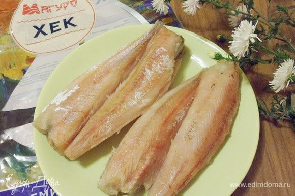 Я очень не люблю чистить рыбу, поэтому даю рыбе немного разморозиться, обрезаю ножницами плавники и затем просто обдираю с тушки кожу вместе с чешуей. Итак, подготовленные тушки хека посолить, по желанию, можно сбрызнуть лимонным соком.