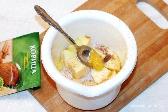 Выложить фрукты в чашу блендера. Добавить корицу и мед, измельчить блендером.