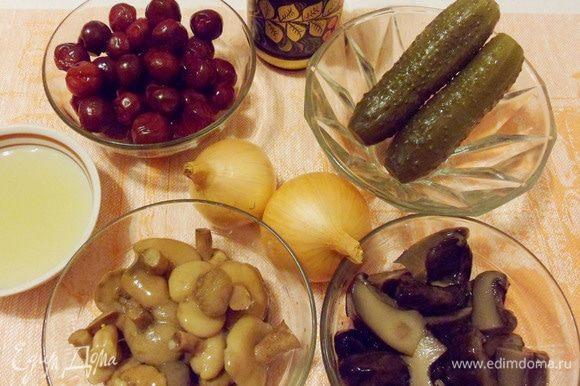 Для приготовления рыбы по-новгородски еще понадобятся: рассол огуречный (капустный), маринованные грибы (у меня маслята), соленые грибы (у меня грузди), малосольные (соленые) огурцы, вишня (у меня замороженная), репчатый лук.