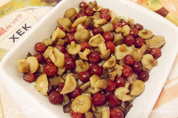 Добавить сюда же маринованные грибы. Полить ложкой растительного масла. Вернуть в духовку и запекать до готовности около 20 минут.