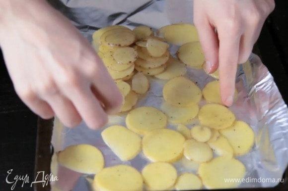Заправить картофель уксусом, солью, перцем и маслом. Можно оставить немного промариноваться. Выложить в один слой на противень и запекать 10-15 минут.