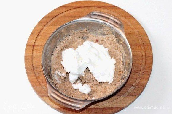 Охлажденный белок взбить с щепоткой соли до мягких пиков и аккуратно вмешать в рыбную смесь.
