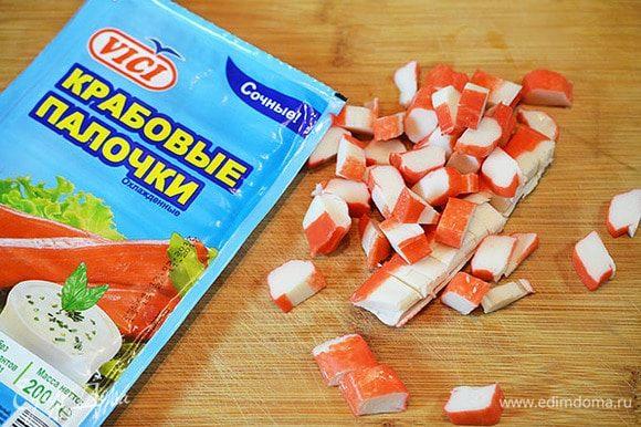 Крабовые палочки нарезать. Я всегда в своих блюдах использую крабовые палочки и крабовое мясо ТМ VICI. Они очень сочные, не содержат консервантов, сделаны из натуральной рыбы.