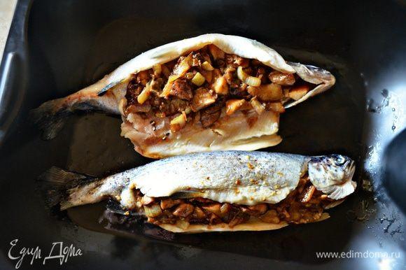 С помощью чайной ложки наполните, слегка утрамбовывая, начинкой обе рыбки.