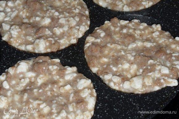 Сковороду смазываем растительным маслом и выкладываем тесто.