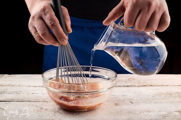 В отдельной емкости смешайте сметану, воду, томатную пасту и специи.