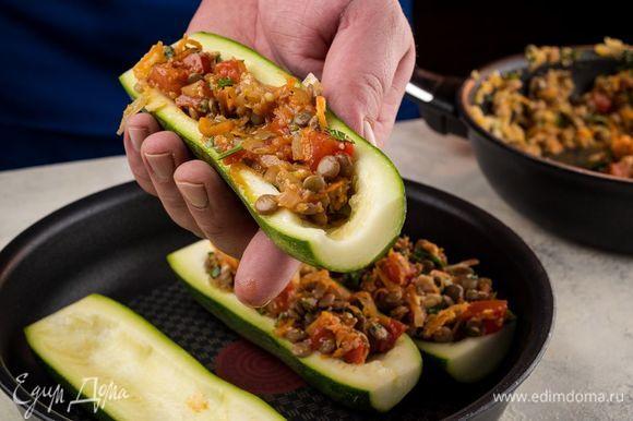 Тушеные овощи соедините с чечевицей и наполните этой смесью цукини.
