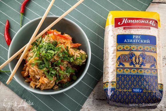 Готовое блюдо будет иметь слегка жидкую консистенцию. Украсьте его зеленью и каплями соуса чили. Приятного аппетита!