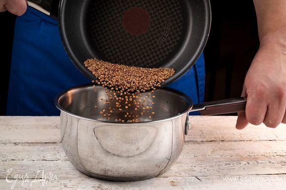 Добавьте гречку. Залейте водой из расчета 1:2 и варите до готовности крупы.