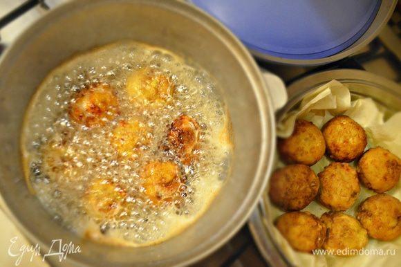 Обжаривайте рыбные шарики в хорошо разогретом растительном масле до румяного цвета и готовности.