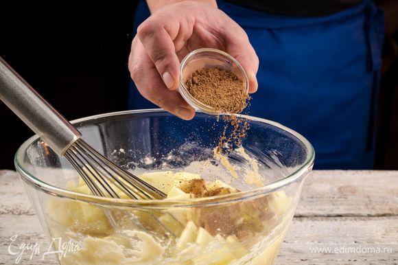 Добавьте в тесто яблоки и корицу. Все перемешайте.