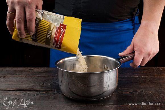 Лук репчатый и чеснок измельчите и обжарьте на оливковом масле до золотистого цвета. Рис Золотистый ТМ «Националь» отварите до полуготовности.