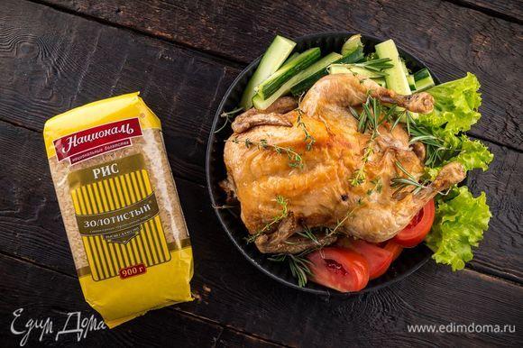 Запекайте курицу при 190°С 40 минут. Далее увеличьте температуру до 220°С и запекайте еще 40 минут. Готовое блюдо оставьте в выключенной духовке на 15 минут и подавайте к столу. Приятного аппетита!