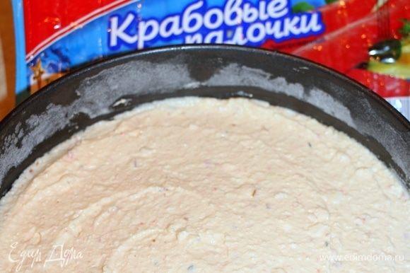 Сырно-крабовую массу вылить в форму поверх теста из крекера.