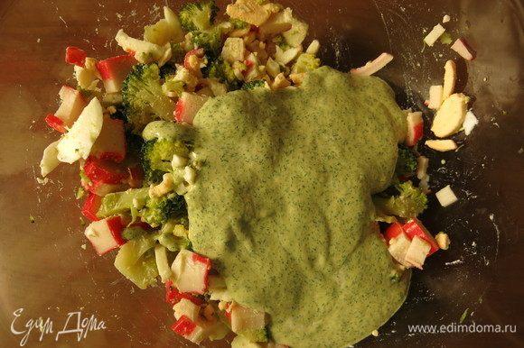 Заправим салат соусом зеленым. Такая заливка даст соленость, чуть вкус рыбы, но вместе с этим не затмит вкус капусты и крабовых палочек.