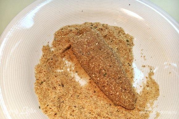Затем — в панировке со щепоткой соли и перца. Убедитесь, что на каждом шаге тушки были полностью покрыты, тогда корочка будет благородного золотого цвета и хрустящей.