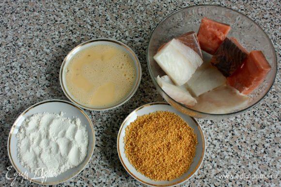 Приготовьте 3 тарелочки для панировки трески. Лосось жарится без панировки. Оттаявшую рыбу разрежьте на куски (пополам), сбрызните лимонным соком, приправьте перцем и солью. Слейте воду с картофеля, разрежьте его поперек и выложите в смазанную маслом форму. Поставьте в духовку.