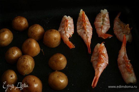 Переложить их в форму к картошке и убрать в духовку, но ее выключить после этого.