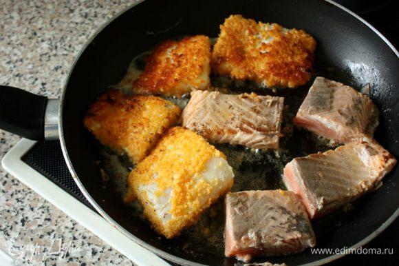 Панируем треску (мука-яйцо с молоком-сухари) и выкладываем в сковороду, туда же отправляется затем лосось.
