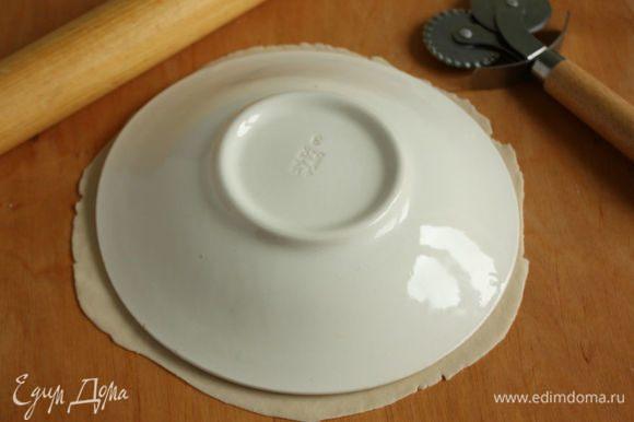 Используя тарелку как шаблон, вырезать ровный диск.