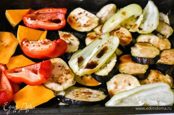 Овощи (тыкву, баклажаны, болгарский перец) замариновать в бальзамическом уксусе и соевом соусе. По желанию, посолить. Отправить в духовку на 30 минут.