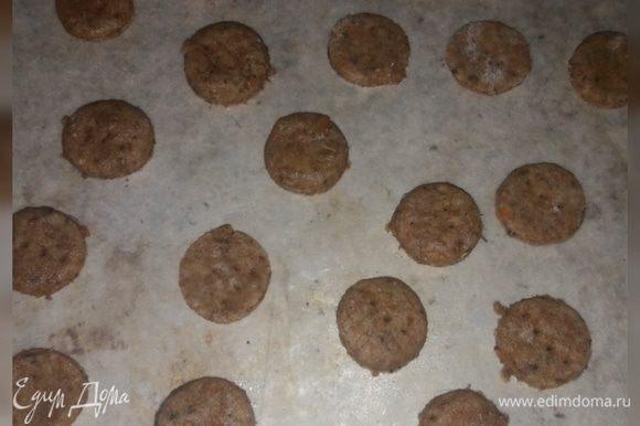 Раскатать тесто, вырезать из него крекеры нужной формы и поставить в разогретую духовку. Выпекать будем 7-10 минут.