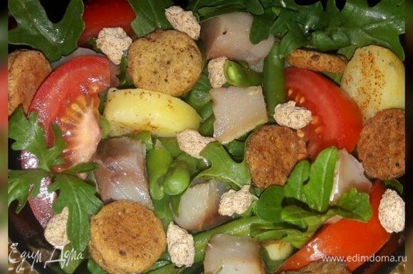 Когда крекеры будут готовы и остужены, в миску выложить любую смесь салата или руколу, а на нее — все остальные ингредиенты, полить заправкой, соль, перец добавить по вкусу и сверху выложить отруби и готовые крекеры. Приятного аппетита!