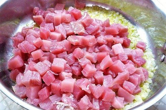 Добавляем филе тунца, перемешиваем и обжариваем 3-4 минуты.