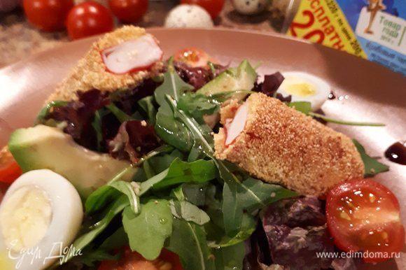 Формируем порцию по своему усмотрению. На тарелку выложить пучок салатного микса, кусочки авокадо, черри, яйца перепелиные. Крабовую палочку разрезать на половинки, добавить к салату. Соль, перец черный, чеснок добавить по вкусу. Полить оливковым маслом и бальзамическим уксусом. Блюдо готово.