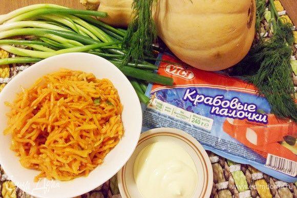 Для приготовления салата понадобятся крабовые палочки ТМ VICI, тыква, морковь по-корейски, зелень и майонез.