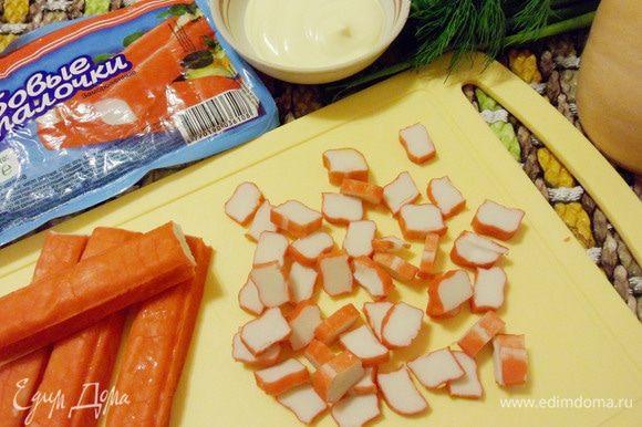 Крабовые палочки разморозить и нарезать кружками.