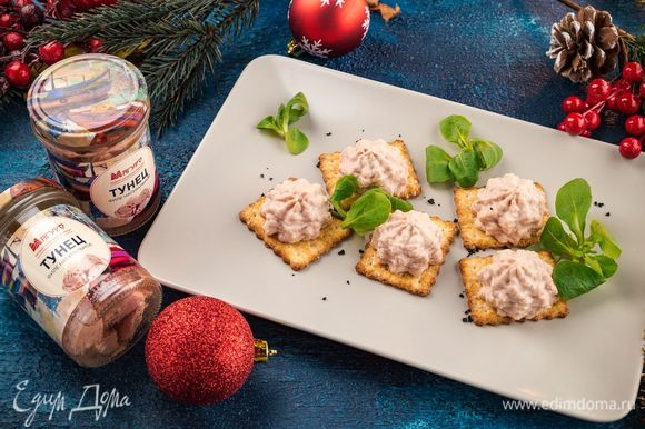 Подавайте нежный паштет на соленых крекерах. Оригинальная закуска понравится вашим гостям!