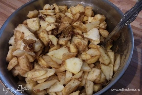 С половины лимона снять цедру и выдавить сок. За это время приготовить начинку: яблоки очистить, нарезать на тонкие пластинки. Сбрызнуть лимонным соком. Добавить оба вида сахара, цедру лимона, корицу, изюм и рубленые орехи.