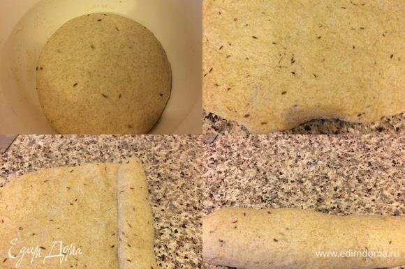 Спустя указанное время, тесто обмять, растянуть руками, затем свернуть в рулет и переложить в форму. Форму накрыть пленкой и оставить тесто в теплом месте еще на 1,5 часа.