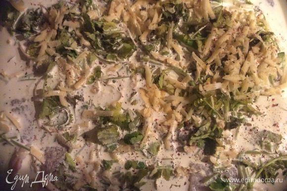 К рыбе добавить сливки, посолить, поперчить по вкусу. Выпекать при 180°С 30 минут.